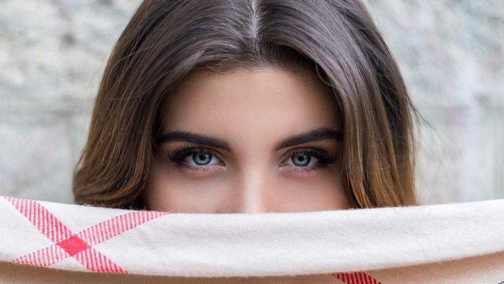 Почему седеют брови, и что делать