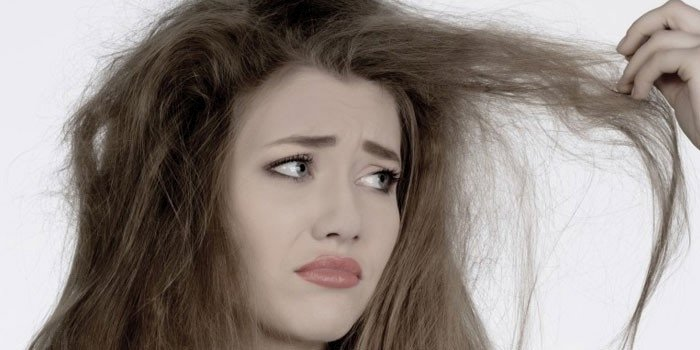 У женщины сухие волосы