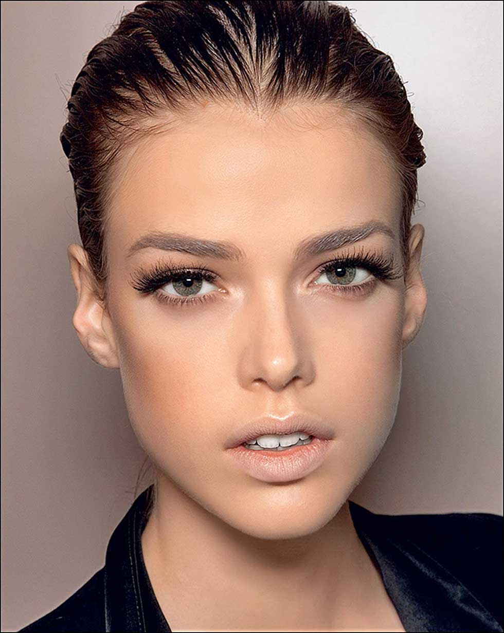 Правильно подобранная форма бровей подчеркивает красоту лица