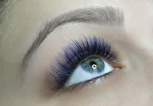 глаз и цветные ресницы