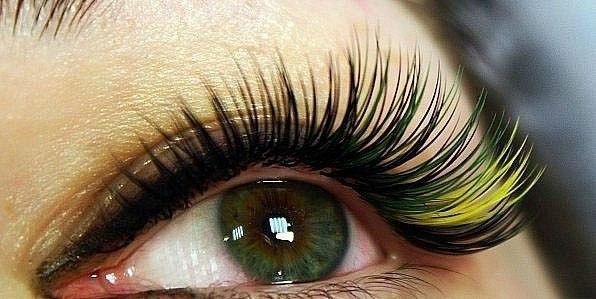Наращивание цветных ресниц на уголке глаза