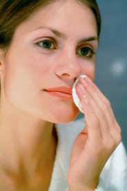 Тщательно очищаем лицо и область глаз от макияжа и косметических средств