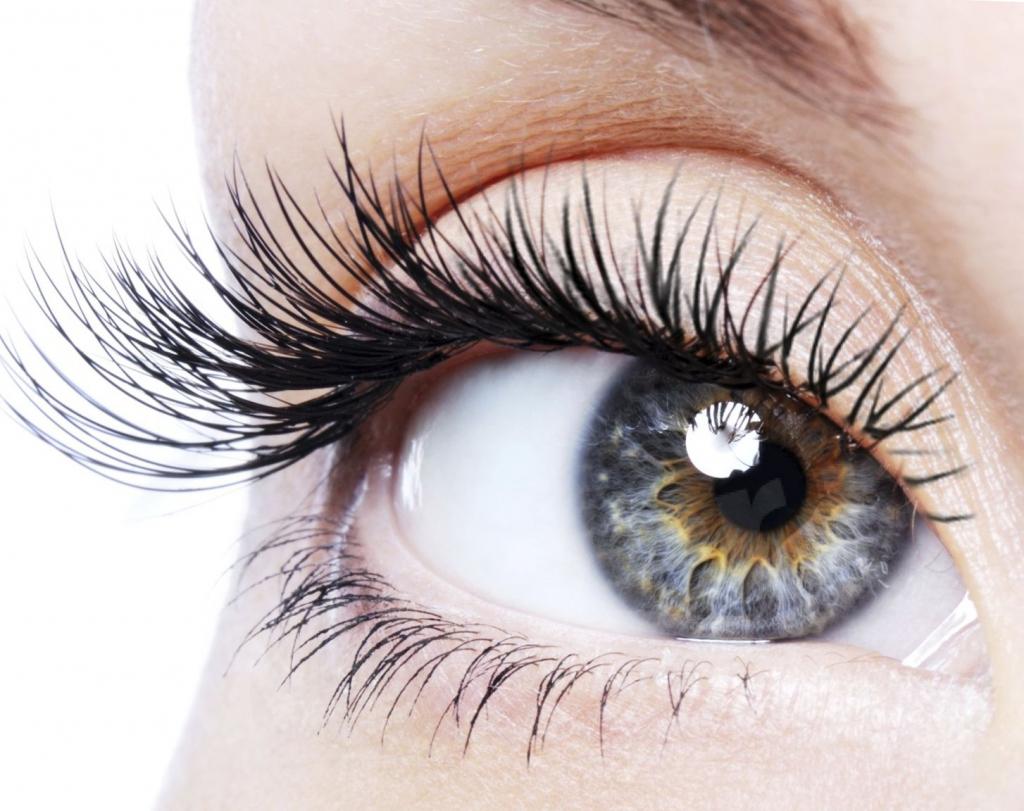 Изменить форму глаз и удлинить ресницы можно различными способами