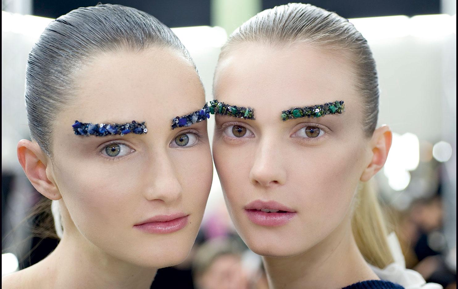 Представленные на показе бренда Chanel накладные брови не стали модным трендом и подходят разве что для фотосессий