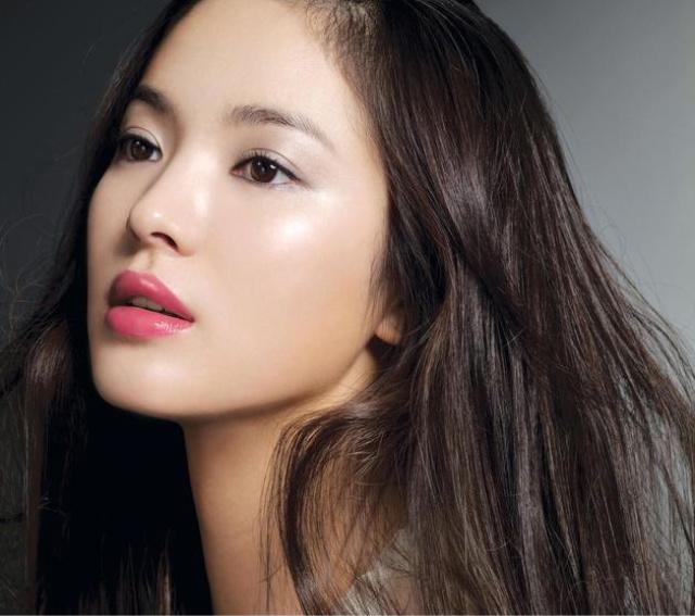 Азиатские брови часто направлены уголками книзу, но это создает лишь дополнительное очарование, подчеркивающее разрез глаз