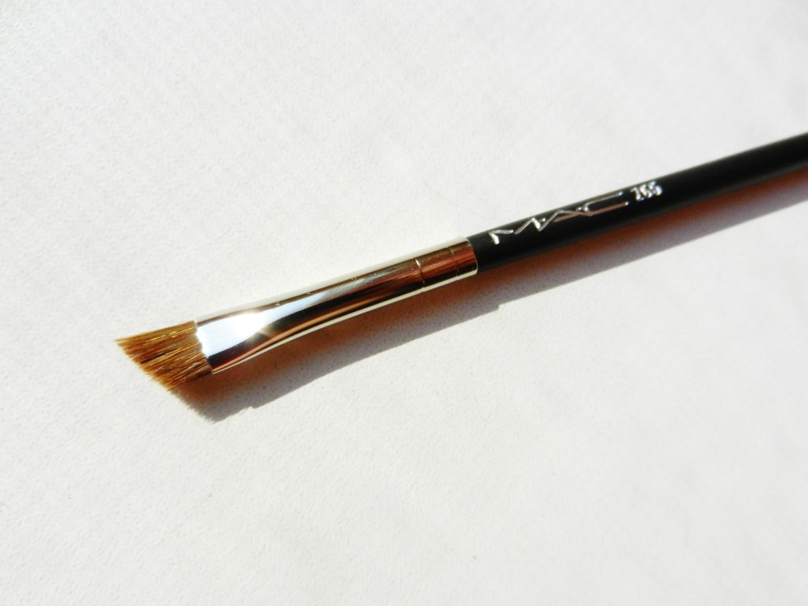 Для тщательной прорисовки контура можно использовать и синтетическую кисть со скошенным концом