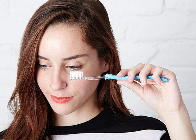 Причесать ресницы можно даже с помощью чистой и сухой зубной щетки