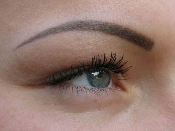 В традиционном перманентном макияже линия получается более четкой и заметной