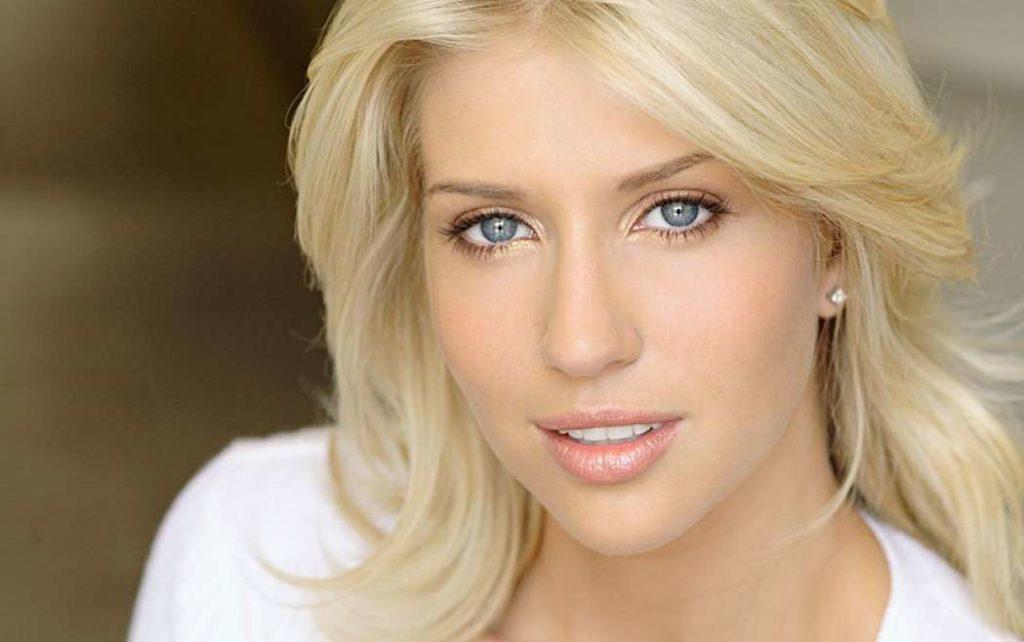 блондинка с серыми глазами