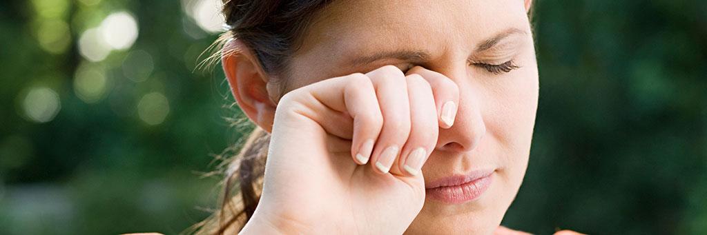 Слизистая оболочка – конъюнктива зудит от раздражения нервных окончаний.