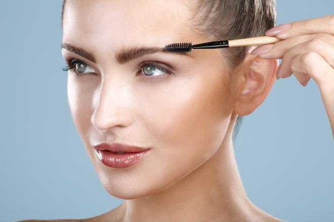 Даже самые аккуратные брови требуют дополнительной укладки и подкраски