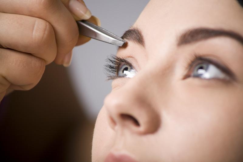 Современная индустрия красоты предлагает множество способов и девайсов для оформления бровей
