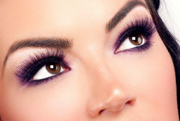 Глаза девушки с накладными ресницами.
