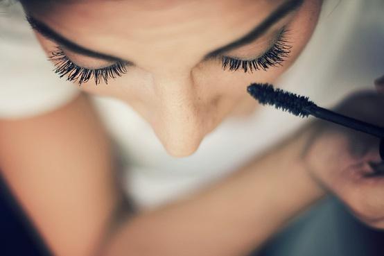 Для того чтобы макияж был безупречным, лучше использовать свежую качественную тушь