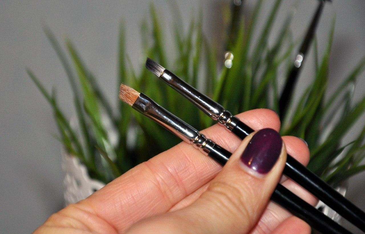 Максимально быстро и аккуратно покраска бровей и ресниц в домашних условиях осуществляется с помощью косметических синтетических кистей со скошенным кончиком