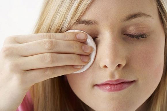 Снимайте макияж аккуратно, не травмируя глаза