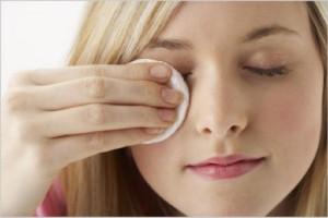 Удалите макияж с лица и области глаз