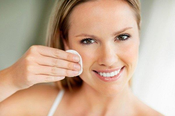 Очищение лица перед макияжем бровей