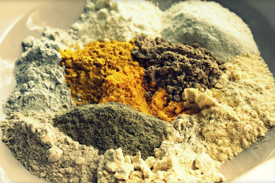 Индийская хна имеет несколько оттенков и приятный растительный аромат