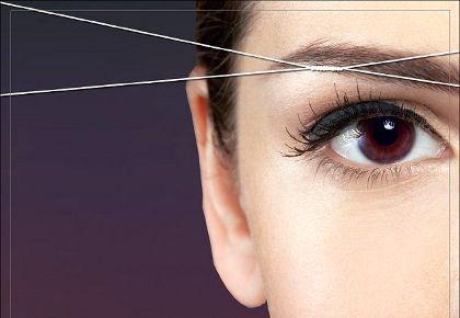 Выщипывание ниткой менее болезненное, чем пинцетом, поэтому девушки с низким болевым порогом предпочитают такой вид удаления лишних волосков