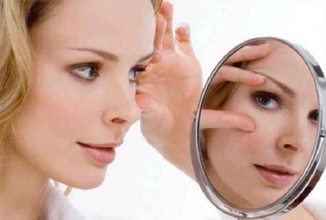 Без зеркала самостоятельно провести этапы процесса не получится.