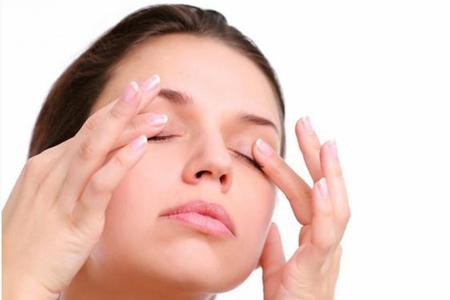 Тереть глаза не рекомендуется, даже если нет наращенных ресниц