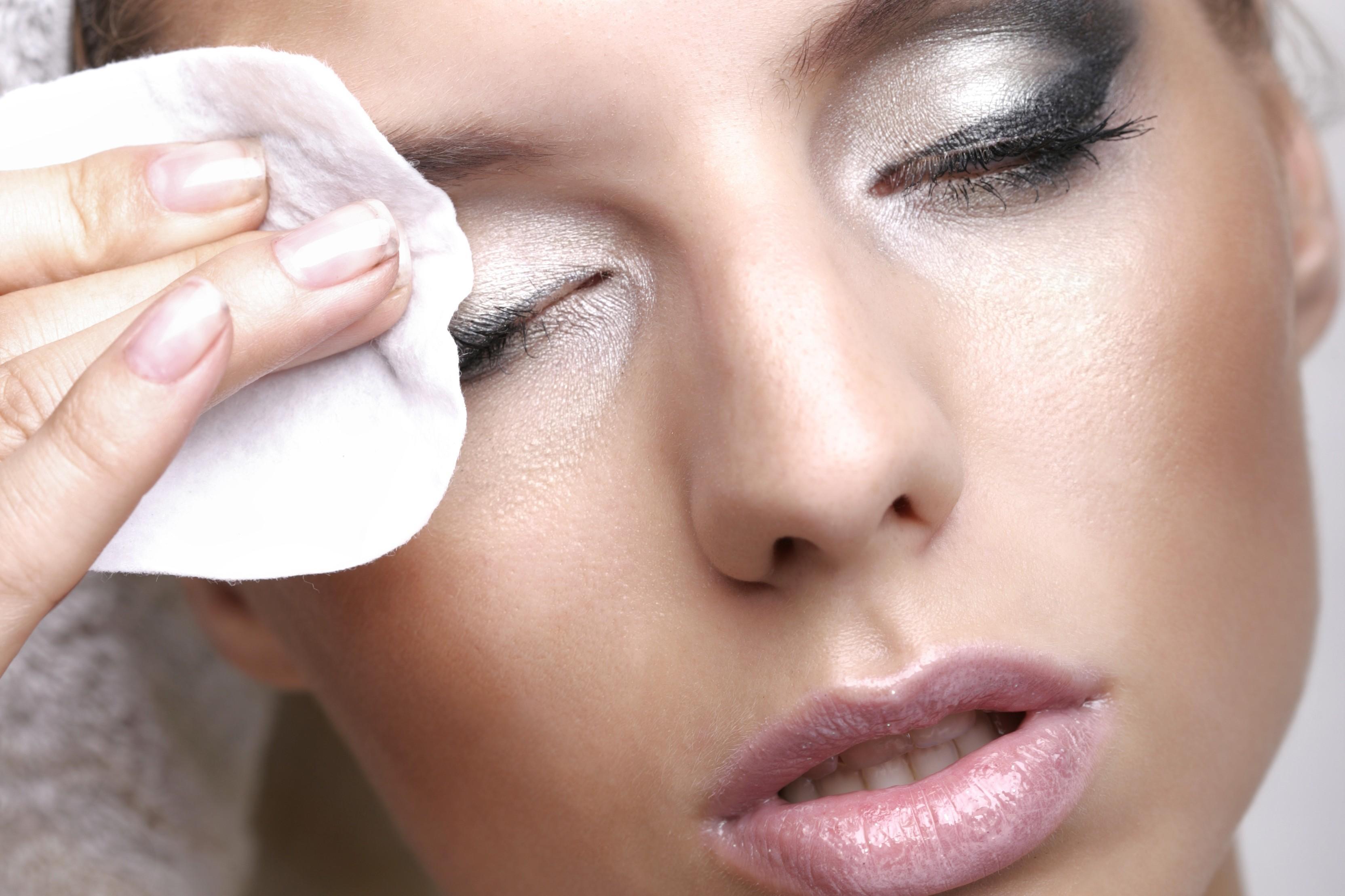 О того, как вы удаляете макияж, зависит состояние ресниц и кожи век