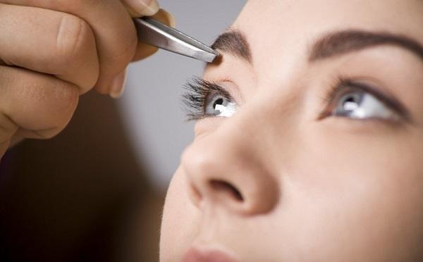 Откорректировать форму бровей можно с помощью выщипывания лишних волосков