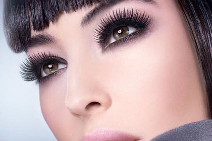Эффектный взгляд и выразительные черты лица – современный женский образ