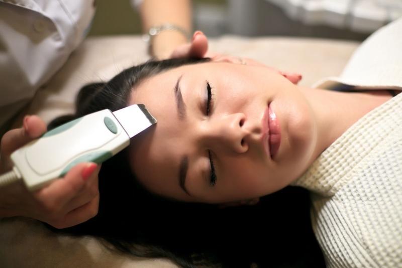 Покраснения на лице легче всего устранить в косметологическом кабинете, вводя в эпидермис витаминные и минеральные подпитки