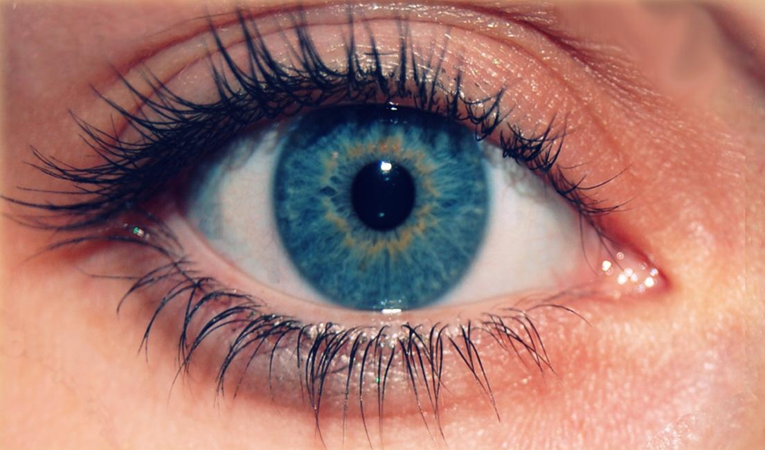 Чтобы не навредить глазам, следите за качеством средств, которые вы выбираете для процедуры снятия ресниц