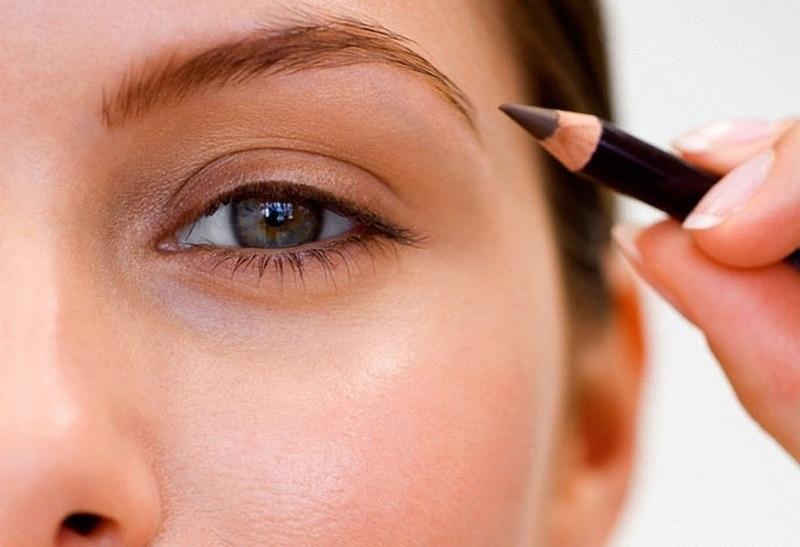Если вы используете карандаш для заполнения брови, прорисовывайте ее штрихами, а не сплошной линией
