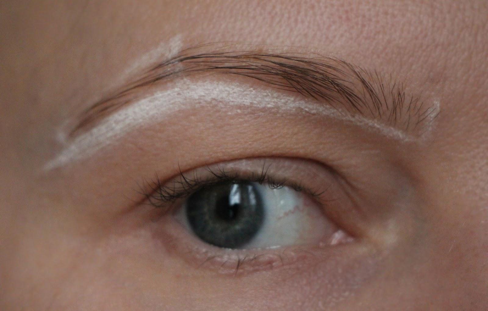 Использование светлого карандаша для прорисовки контура волосков существенно облегчит процесс окрашивания