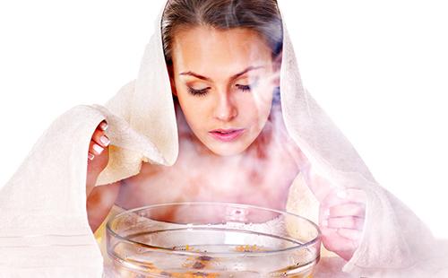 Женщина принимает паровую ванночку