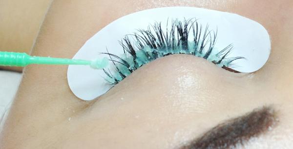 Если снятие ресниц производится профессиональными средствами, то натуральные волоски практически от этого не страдают