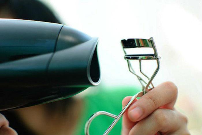 Перед тем как пользоваться щипцами для подкручивания ресниц, прогрейте их феном или подержите под струей горячей воды