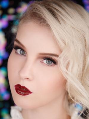 образ в стиле чикаго, макияж с красными губами, яркий макияж