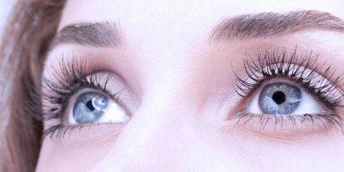 Глаза девушки с длинными ресницами