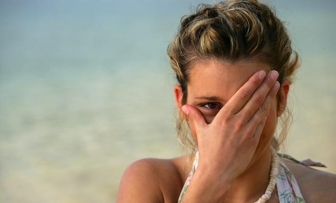 Если по какой-то причине произошло рассечение брови, необходимо незамедлительно оказать первую помощь