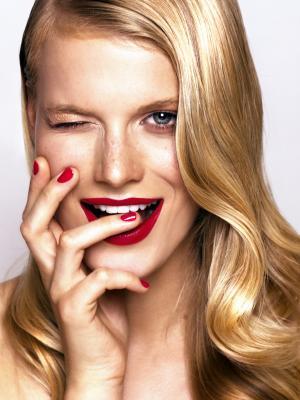 блондинка и красные губы
