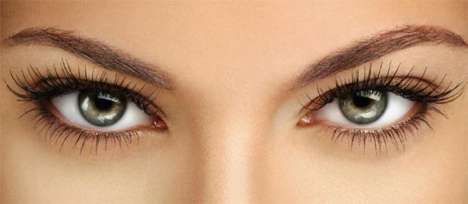Достичь эффекта нарощенных ресниц можно при помощи обычных капель для глаз