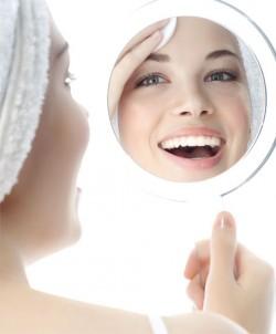 Хорошо освещенное место и зеркало с увеличивающим эффектом – помощники при самостоятельной коррекции бровей!