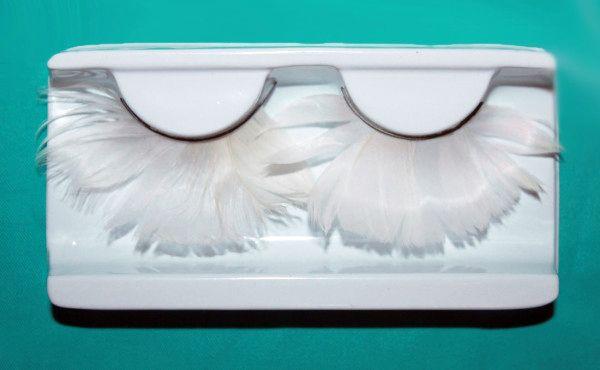 Белые ресницы для создания оригинального образа
