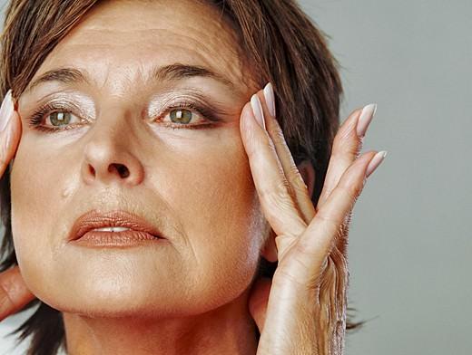 Домашняя маска вокруг глаз поможет вернуть коже свежесть и повысить тонус кожного покрова