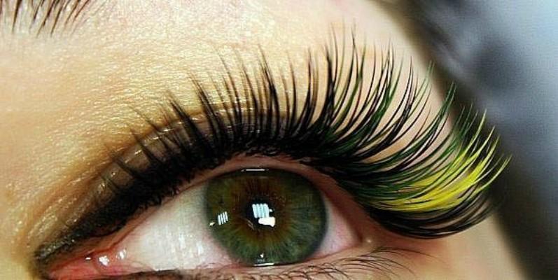 Цветное наращивание, красиво подчеркивающее цвет глаз