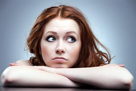девушка думает не применить ли димексид на волосы