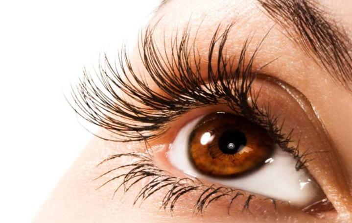 Биоламинирование создает эффект нарощенных ресниц, оздоравливая и питая каждый волос