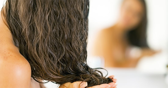 девушка моет волосы после маски