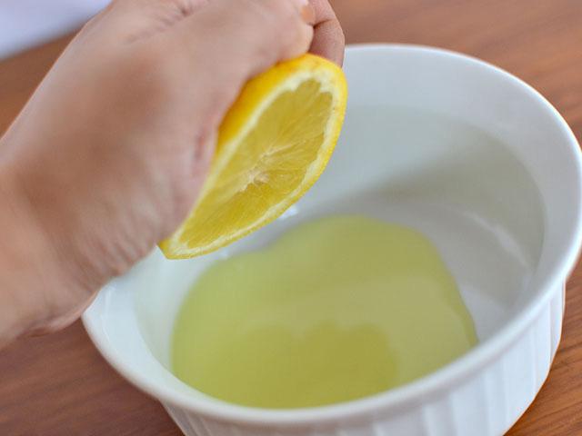 Выдавите из лимона сок