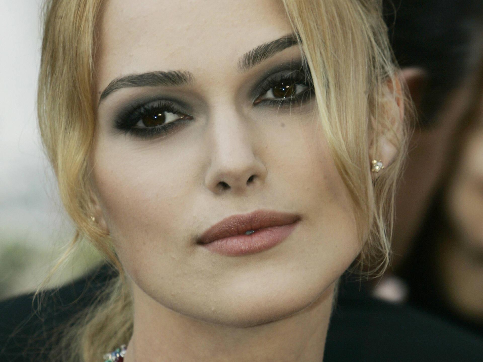 Фото удачного примера макияжа блондинки с карими глазами и темными бровями
